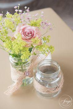 Tafelversiering potjes met bloemen | Jute en kant bruiloft | http://www.trouwfotografiefreya.nl/real-weddings/jute-en-kant-bruiloft/ | burlap and lace DIY bride wedding styling | Table decoration | jars with flowers