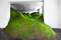 ギャラリーの空間全体を場違いで巨大な草原で満たし、屋内と屋外の間の境界を曖昧にさせてインパクトを生み出す驚くべきアート作品。