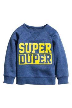 Top in sweatshirt fabric with a print, long raglan sleeves and ribbing at the cuffs and hem. Kids Fashion Boy, Hoodies, Sweatshirts, Kids Boys, Baby Boys, Boy Outfits, Graphic Sweatshirt, Prints, Clothes