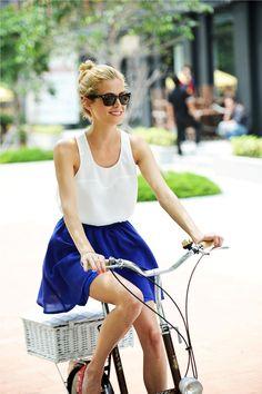 Unser #Fashioncrush des Frühlings: Ausgestellte Röcke zum lässigen Basic-Top #fashion #trend