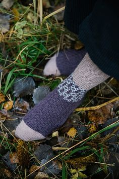 Laine Publishing first book, 52 knitting patterns by 46 designers and is a true encyclopedia of socks. Stitch Patterns, Knitting Patterns, Amanda Jones, 52 Weeks, Knit In The Round, Stockinette, Marceline, Garter Stitch, Arm Warmers