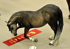 Bowing model horse