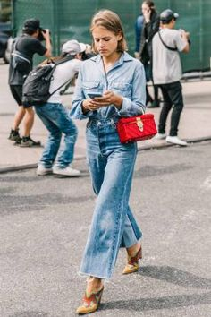 Double denim, yes. And a darling little red bag,,, Outfit Jeans, Jacket Outfit, Double Denim, Denim Street Style, Look Street Style, Street Styles, Denim Style, Wide Leg Denim, Wide Leg Jeans