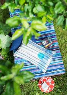 Houkutteleva petipaikka päiväunille! Tee patjanpäällinen, kotiliesi.fi Picnic Blanket, Outdoor Blanket, Sissi, Recycled Fabric, Woven Rug, Fiber Art, Recycling, Weaving, Textiles
