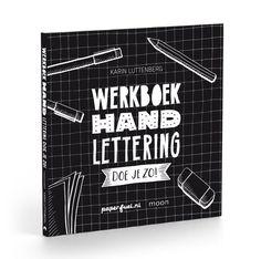 Werkboek Handlettering doe je zo! Met dit werkboek kun je nog makkelijker zelf aan de slag. Het staat boordevol originele opdrachten en heel veel oefenpagina's. Zo maak je je de basics van handlettering sneller eigen en kun je eenvoudig en op een leuke manier je vaardigheden vergroten. PRODUCT INFORMATIE • Formaat: 21 x 21,5 cm • Pagina's: 96 • ISBN: 9789048837700 • Uitvoering: paperback