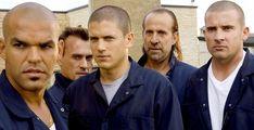 Prison Break met en vedette Wentworth Miller dans le rôle de Michael Scofield et Dominic Purcell dans celui de Lincoln Burrows, deux frères qui tentent de s'évader d'une prison où l'un d'eux a été emprisonné à tort. Au début de la série, Lincoln est condamné à mort pour un crime qu'il n'a pas commis. Bien qu'il accepte ce sort, son frère Michael est déterminé à le sauver en élaborant un plan qui les fera sortir de #PrisonBreak Michael Scofield, Prison Break, Wentworth Miller, Crime, Fans, Couple Photos, Couples, Dominic Purcell, Impatience