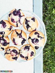 Przepis na przepyszne domowe jogurtowe muffiny z borówkami amerykańskimi. Proste muffinki które możesz przygotować szybko w domu.