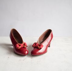 Gorgeous red 1930s bow adorned pumps. #vintage #1930s #shoes #heels