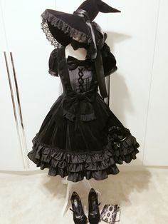 Gothic Pretty Lolita for the Goth girl on the go! Great for a Halloween party, too. Harajuku Fashion, Kawaii Fashion, Cute Fashion, Fashion Outfits, Emo Outfits, Scene Outfits, Fashion Photo, Estilo Lolita, Mode Alternative