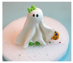 I love this little ghost. Find out how to make it  Tutorial  Halloween party favor, cupcakes, cake toppers