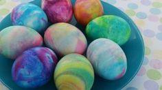 Vyzkoušejte barvení velikonočních vajíček pěnou na holení!