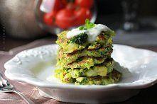Zobacz zdjęcie Placuszki brokułowe z sosem czosnkowo-jogurtowym to propozycja na zdrowy i le...