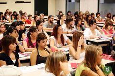 En la actualidad es aún más importante que antes de saber otros idiomas, analiza la posibilidad de contratar a un profesor de inglés, aprenderás más rápido.
