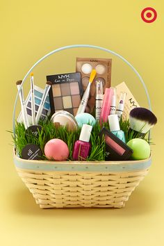 Here's our pick of 30 fantastic Easter gifts for adults. Make sure it's not all about the kids and make some Easter Crafts for Adults! Raffle Baskets, Diy Gift Baskets, Easter Gift Baskets, Easter Basket Ideas, Easter Ideas, Easter Gift For Adults, Easter 2020, Hoppy Easter, Easter Eggs
