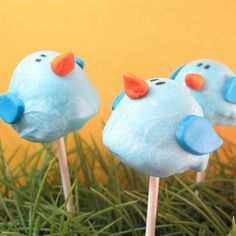 Bluebird Brownie Pops are adorable and edible; what could beat edible crafts for kids like that? Edible Crafts, Food Crafts, Edible Art, Crafts For Kids, Candy Crafts, Brownie Cake Pops, Cookie Pops, Brownie Bites, Beach Ball Cake