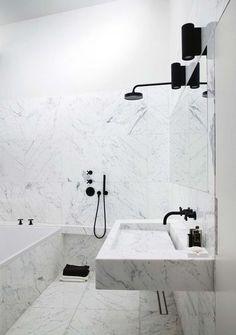 Une petite salle de bain tout en marbre.