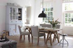 Eettafelbank Jasmijn, vitrinikast New Basic, houten eettafel van de Villa Provence collectie. #hetkabinet #vitrinekastnewbasic