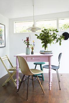 Tine Brasks kolonihave beviser, at personlig indretning ikke behøver 200 kvadratmeter for at folde sig ud. I det lille træhus er der blevet plads til en familie på fem, design, retrofund og masser af kunst.