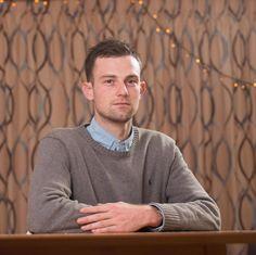 Joshua, 27 ans, voit sa carrière menacée car il a utilisé le pronom féminin en s'adressant à une fille qui s'imagine être un garçon... (photo : Darren Jack) Un groupe de filles de la classe dont il a la charge a réalisé un bon travail, il les félicite...