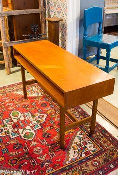 Kapea retro sivupöytä 50/60 - luvun vaihteesta.