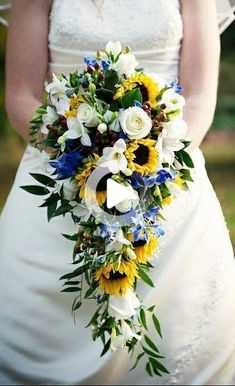 44 Sunflower To Stand Out inspo bouquets 44 Sunflower Wedding Bouquets To Stand Out Bouquet En Cascade, Bouquet Bleu, Cascading Wedding Bouquets, Bride Bouquets, Flower Bouquet Wedding, Wedding Bouquets With Sunflowers, Blue Sunflower Wedding, Sunflowers And Roses, Sunflower Weddings