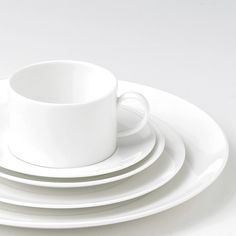 Dinnerware, tableware & crockery sets in different styles by Wedgwood and world renowned designers Vera Wang and Jasper Conran.