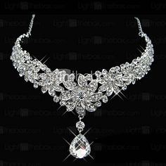 Gorgeous Alloy With Rhinestone Flower Design Diamond Pendant Forehead Jewelry