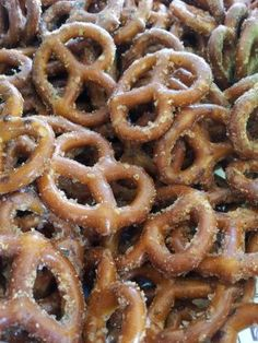 Everyone will LOVE these Quick & Easy Cinnamon Seasoned Pretzels! The amazing combination of salty and sweet will make them a new family favorite. These seasoned pretzels also make for a great homemade food gift! Spicy Pretzels, Ranch Pretzels, Seasoned Pretzels, Cinnamon Sugar Pretzels, Pretzels Recipe, Cinnamon Apples, Popcorn Oil, Hidden Valley Ranch Dressing, Snack Recipes