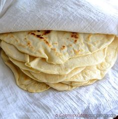 Na svete sa asi nič nevyrovná vôni čerstvo upečeného chleba. Ak si chcete pripraviť ľahšiu verziu chlebíku, a to domáce, rovnako krásne voňajúce tortilly, máme pre vás recept. V obchodoch už síce zakúpite hotové produkty, no sú neporovnateľné s tými domácimi. Najlepšie je, že cesto si môžete odložiť do chladu a použiť ho aj neskôr. …
