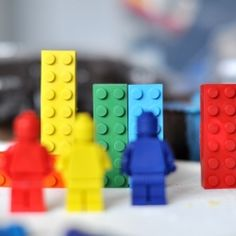 Make your own silicone mold for LEGO crayons and chocolate. (in Portuguese)