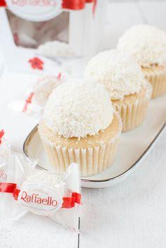 Cupcakes Raffaello (Cupcakes de coco e amêndoa) - Recipes - Bolo Cheesecake Recipes, Cupcake Recipes, Cheesecake Cupcakes, Dessert Recipes, Dessert Food, Almond Cupcakes, Baking Cupcakes, Cupcake Cakes, Cupcake Frosting