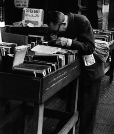 André Kertész, Fourth Ave, New York (man with lupe reading at Strand) 1959 Contemporary Photography, Urban Photography, Book Photography, Street Photography, Minimalist Photography, Andre Kertesz, Galerie Vivienne, Moving To Paris, Robert Doisneau