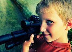 Nebraňte klukům ve hře na obránce, ochránce, policisty a vysvoboditele. Tátové, učte je prát se!