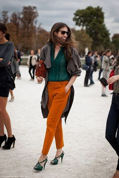 (Photo of Susan Cernek by Stockholm Street Style). Dunno if I can pull off orange pants, but I still love this Green Fashion, Look Fashion, Fashion Models, Fashion Outfits, Fashion Shoes, Fashion Trends, Fashion Edgy, Paris Fashion, Net Fashion