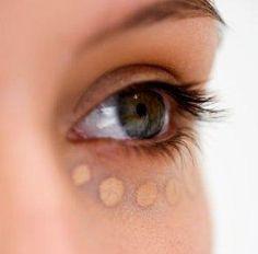 Cómo disimular las bolsas de los ojos con maquillaje. Las bolsas de los ojos son un problema estético para muchas de nosotras, pues hacen que el rostro luzca fatigado, apagando la belleza natural de nuestra mirada. Estas bolsitas que aparecen bajo los oj...