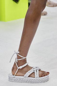 Valentino Spring 2020 Ready-to-Wear Fashion Show - Vogue Valentino, Ny Fashion Week, Fashion Show, Spring Fashion, Fashion Trends, Fashion 2020, Vogue Paris, 70s Shoes, La Pointe