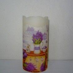 LED Kerze mit Motiv LavendelzauberWunderschöne und einzigartige LED Kerze aus Echtwachs mit Flackerlicht! Das schöne Lavendelmotiv verzaubert bestimmt jedes Plätzchen, an dem die Kerze steht!Diese schöne Kerze kann einfach überall platziert werden, ohne dass etwas abbrennen könnte! Auf der Unterseite der Kerze befindet sich ein Schalter, mit dem man die Kerze ein und ausschalten kann!Benötigte Batterien ( 2 Stück AAA) sind im Lieferumfang enthalten!Eine ideale Geschenkidee und ein tolles ...