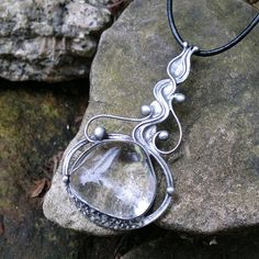 Berenika (křišťál) Náhrdelník z křišťálu ( původem z Brazílie ) -zdobený cínem technikou Tiffany a drátem. Patinováno,ošetřeno antioxidantem,broušeno,leštěno. Přívěsek o velikosti 7,5 x 4,5 cm je zavěšen na kůžise zapínáním na karabinku,délka - obvod cca 48 cm. Na cínování polodrahokamů používám atestovaný bezolovnatý cín. Pokud si přejete změnit ...