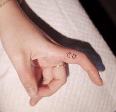 Moon and sun tattoo on the finger. Tattoo Am Finger, Simple Finger Tattoo, Finger Tattoo For Women, Small Finger Tattoos, Small Tattoos, Tattoos For Women, Finger Tats, Finger Finger, Simple Sun Tattoo