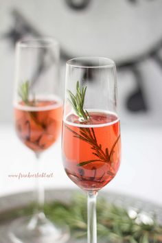 Prosecco mit Rosmarin und Crème de Cassis Freshly in love: Prosecco with rosemary and crème de cassis Strawberry Alcohol Drinks, Drinks Alcohol Recipes, Alcoholic Drinks, Drink Recipes, Prosecco Cocktails, Winter Cocktails, Brazilian Drink, Dinner Show, Aperol