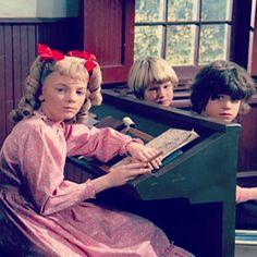 """littlehouselhotp's photo on Instagram. Una extraña foto del set de filación de la serie """"Little House on the Prairie"""" o """"la familia Ingalls""""...Digo rara porque aquí se nota casi escandalosamenye que Nellie  Oleson (Alison Arngrim)  está usando una peluca."""