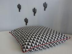 housse de coussin 45x45cm noir et blanc style scandinave motif géométrique triangle : Textiles et tapis par happyaime