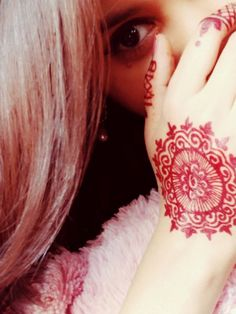 Discovered by 😘Aleena😘. Find images and videos about awesome, mehndi and cool dp on We Heart It - the app to get lost in what you love. Teenage Girl Photography, Girl Photography Poses, Stylish Girls Photos, Stylish Girl Pic, Cute Girl Poses, Girl Photo Poses, Beautiful Girl Photo, Cute Girl Photo, Beautiful Hands