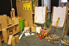 easels in the block corner for making plans reggio-emilia Reggio Classroom, Classroom Organisation, Preschool Classroom, Preschool Activities, Classroom Decor, Play Based Learning, Learning Through Play, Early Learning, Learning Spaces