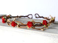 Jolie Couronne de fleur faite avec des Roses de papier mûrier en rouge écarlate. Le halo est fait dans un style rustique à laide de fil brun vigne embellie avec des baies de pip or. Les roses mesurent environ 10mm de diamètre. La guirlande est finie à larrière avec un ruban dorganza ivoire pâle ainsi peut être ajusté à forme et sécurisé.  Un bandeau fait main rustique merveilleux qui fonctionne bien pour les festivals, les mariages, le travail ainsi qu'un d'été et la coiffure de mariage…