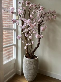 Deze en nog veel meer bloesem… Did you know that the blossom trees are also sent? These and many more blossom trees can be ordered via the webshop at www. Artificial Flower Arrangements, Floral Arrangements, Vase Deco, Tree Branch Decor, Decoration Plante, House Plants Decor, Interior Plants, Blossom Trees, Plant Design