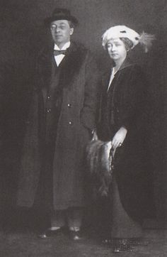 german-expressionists: Wassily Kandinsky and German Expressionist painter Gabriele Münter in Stockholm, 1916 --------------------------------------- always interesting to see photos of the actual painters Franz Marc, Wassily Kandinsky, August Macke, Harlem Renaissance, Famous Artists, Great Artists, Cavalier Bleu, Photo Portrait, Painter Artist