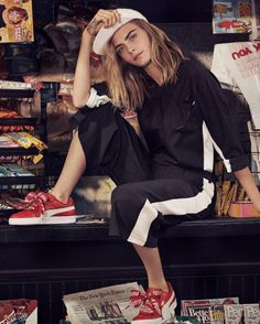 Cara Delevingne present a new iteration of the Puma Basket Heart. Cara Delevingne Style Casual, Style Tumblr, Puma Basket Heart, Style Outfits, Fresh Outfits, Fashion Outfits, Burberry, Style Grunge, Mannequin