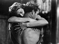 Col calar delle luci, mentre ancora un raggio illumina il loro abbraccio, si sente il piano, la tromba e i tamburi. Tennessee Williams (Un tram che si chiama Desiderio, 1947) [immagine dal film del 1951 con Marlon Brando e Vivien Leigh)