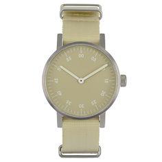 Det var på tiden! Basic är VOID Watches tredje produktserie och är en stilren, minimalistisk klocka med en boett i rostfrittstål. Det välvda glaset är gjort i mineralkristall för extra hållighet och fulländar denna design. Boett: Rostfritt stål. Armband: Beige nylon. Ø 38mm.